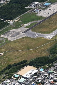 The elementary school in Ginowan, Okinawa Prefecture, where the object apparently fell from a U.S. military helicopter is seen in the foreground of this photo taken from a Mainichi Shimbun aircraft. In the background is U.S. Marine Corps Air Station Futenma. (Mainichi)