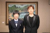 青山市長を表敬訪問した大谷室蘭女子バレー部の和田あかね主将(左)と佐々木みき監督