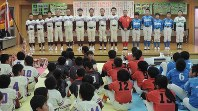 桜井スポーツ連盟の少年の部卒部式に臨む小学6年生=越谷市下間久里の桜井地区センターで