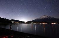 山中湖畔で見られた、ふたご座流星群の流れ星=山梨県山中湖村で2017年12月14日午前4時2分、手塚耕一郎撮影