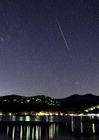 山中湖畔で見られた、ふたご座流星群の流れ星=山梨県山中湖村で2017年12月14日午前3時12分、手塚耕一郎撮影