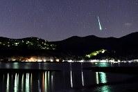 山中湖畔で見られた、ふたご座流星群の流れ星=山梨県山中湖村で2017年12月14日午前3時10分、手塚耕一郎撮影