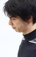 練習中に転倒し、苦しそうな表情を見せる羽生結弦=大阪市中央体育館で2017年11月9日、佐々木順一撮影
