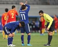 【日本-中国】前半、ピッチ上で膝に手をつく大島(左)=東京・味の素スタジアムで2017年12月12日、宮武祐希撮影