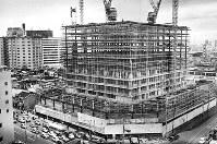 骨組みが出来上がった「大阪駅前第1ビル」の西半分。建物の大きさが分かる=1967年11月20日撮影