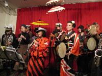 「ちんどんやとクラリネットの夜」でクラリネットを吹く岩渕理緒さん(手前中央)