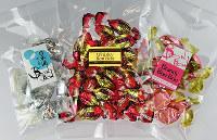 丸赤製菓糸田川商店のチョコボンボン。お酒の種類も多彩=亀田早苗撮影