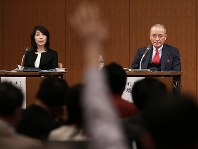 Yoshiharu Kawabata, right, chairman of BPO's broadcasting ethics verification committee, is seen during a press conference in Tokyo's Chiyoda Ward on Dec. 14, 2017. (Mainichi)