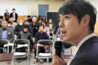 市政懇談会で市民らに説明する鈴木直道夕張市長=北海道夕張市で11月、竹内幹撮影