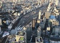 山手線の新駅建設など再開発工事が進む品川駅北側の車両基地跡地=東京都港区で9日、本社ヘリから宮本明登撮影