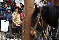 岩間さんによる馬搬の実演を見学する地元の小学生たち=岩手県遠野市で2017年11月22日、喜屋武真之介撮影