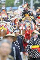 今年の初夏に行われた「チャグチャグ馬コ」。江戸時代に南部藩の農家が田植えで疲れた馬をねぎらい、五穀豊穣と無病息災を願ったのが始まり。約70頭の馬が子どもたちを乗せて約13キロを練り歩いた岩手県滝沢市で2017年6月、喜屋武真之介撮影