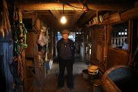 15歳からチャグチャグ馬コに携わってきた藤倉さん(79)。健康上の理由から今を手放した。馬のいない生活は初めてで、馬小屋は静けさに包まれていた=岩手県滝沢市で2017年11月16日、喜屋武真之介撮影