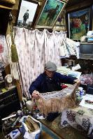藤倉の作業部屋には馬関係の物が所狭しと置かれている=岩手県滝沢市で2017年11月16日、喜屋武真之介撮影