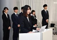 企業経営者へのインタビュープロジェクトについて、報告会で説明する学生=東大阪市小若江の近畿大で、金志尚撮影