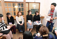 グループに分かれて人権について議論する参加者たち=和歌山市匠町で、阿部弘賢撮影