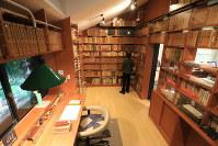 吉村昭が1978年から亡くなった2006年まで使用していた書斎を館内に再現している。吉村の蔵書など約5000点が展示され、来館者は椅子に腰を掛けることもできる=東京都荒川区荒川2で