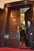 宴会場「201号室」の重厚な扉=東京都千代田区で