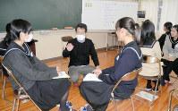 講師のアドバイスを受けながら、2人1組で、相手の話を聞く姿勢や褒める声かけについて学ぶ生徒たち=群馬県桐生市の県立桐生女子高校で
