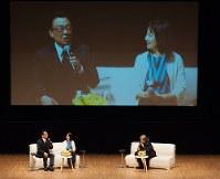 セミナーで介護体験を語る梅沢富美男さん(左端)と妻の池田明子さん(中央)=鎌田實さん提供