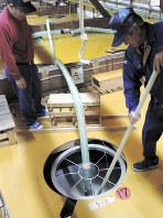 タンク内の発酵具合をチェックする蔵人たち=北海道増毛町の国稀酒造で