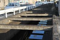 8月に歩行者の転落事故が起こった水路=広島県福山市大門町2で2017年12月15日午後3時46分、松井勇人撮影