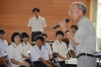 「皆さんと年齢の近い若者が次々と特攻で命を落とした」と訴えた杉野富也さん=松山市立高浜中で2016年