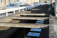 歩行者の転落事故が起こった水路=広島県福山市大門町2で、松井勇人撮影