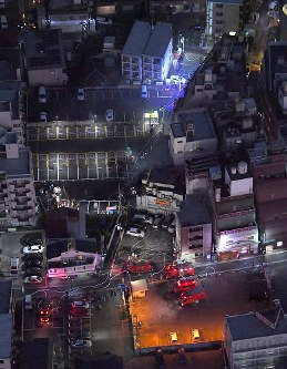 A building near JR Omiya Station in Saitama that caught on fire is seen in the center of this photo taken from a Mainichi Shimbun helicopter on Dec. 17, 2017. (Mainichi)