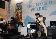 VRの「マリオカート」を楽しむ体験者たち=前橋市文京町のけやきウォーク前橋で