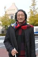 国会議事堂近くを歩く堀利和さん=東京都千代田区で、藤井太郎撮影