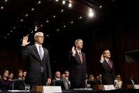 公聴会に出席した(左から)フェイスブック、ツイッター、グーグル各社の幹部=2017年11月1日、ロイター