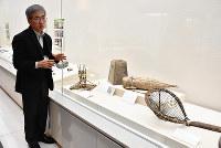 東日本大震災の津波被害に遭った博物館の資料を説明する長谷川賢二学芸員=徳島市八万町の県立博物館で、松山文音撮影