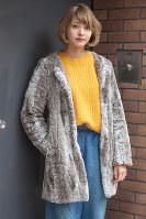 毛足の短いファーコートを着た女性=日本ファッション協会提供
