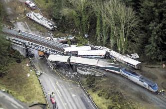 米国:列車脱線3人死亡 高架橋か...