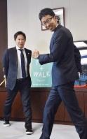対談の途中で鈴木大地長官(左)に競歩のフォームを教える荒井広宙=西本勝撮影