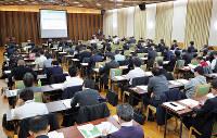 マンション管理業協会が開いた研修会。約100人が講師らの話に耳を傾けた=大阪市中央区で、三村政司撮影