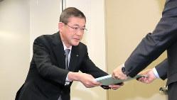 国交省自動車局に最終報告書を提出するスバルの吉永泰之社長=2017年12月19日、和田大典撮影