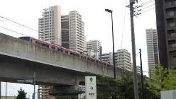 高層マンションの間を走るつくばエクスプレス=2015年8月14日、橋本利昭撮影