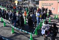 ジャイアントパンダの雌の子ども「シャンシャン」の一般公開が始まり、屋内展示場前に並ぶ観覧者たち=台東区の上野動物園で19日午前11時39分、宮間俊樹撮影