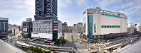JR広島駅の屋上から南を望む。南口駅前は再開発で高層ビルが建ち並ぶようになった=広島市南区で2017年12月15日、山田尚弘撮影