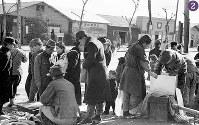 被爆半年の広島駅南側、広島駅電停近くの露店。たくさんの人が集まっている=広島市松原町から猿猴橋町にかけて(現広島市南区)撮影1946年2月8日ごろ