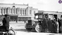 被爆から半年の広島駅前。駅舎は、被爆により正面に取り付けられていた張り出し2階の待合室と出札室(1943年4月完成)が倒壊し、えぐられたような跡が残っていたが、正面の装飾、窓枠等が修繕され、ひさし等も取り付けられている。屋根にはスピーカーのような装置が整備されている。1946年1月10日にパターソン米陸軍長官が広島を視察した際の警備上の理由から露店の闇市が南側に移動し、駅前がすっきりした。右手前は乗り合いバスに乗り込む人々。広島駅の本格的な復興は1949年から始まる=広島市松原町(現広島市南区)で1946年2月8日ごろ