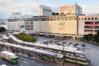 JR広島駅南口。平和都市・ヒロシマの玄関口として多くの人々が利用する=広島市南区で2017年12月14日、山田尚弘撮影