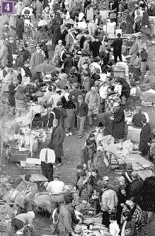 被爆から半年の広島駅前広場南側に広がる露店の闇市。駅前闇市は、1946年1月10日にパターソン米陸軍長官が広島を視察した際の警備上の理由から、駅前から南側・松原町下の段に移転した=広島市猿猴橋町(現広島市南区)の住友銀行東松原支店から北に向かって撮影1946年2月8日ごろ
