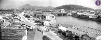 被爆から1年の広島市内。中央の荒神橋には人だかりができている。下流は1945年9月の枕崎台風で西側の橋桁が流失したままの大正橋。右手には比治山が見える=広島市猿猴橋町(現広島市南区)の猿猴橋東・住友銀行東松原支店から南を撮影1945年7月24日ごろ