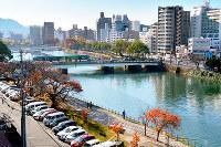 猿猴川に架かる荒神橋は被爆橋梁でも知られる=広島市南区で2017年12月3日、山田尚弘撮影