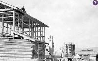 被爆から半年の広島。建設が進む住宅では古い資材を再利用しているのが分かる。奥に見えるのは中国新聞社本館・新館、福屋新館など=広島市幟町(現広島市中区)で幟町付近から南西に向かって撮影1946年2月8日ごろ