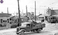 被爆から半年の広島。右端の電車は、江波終点付近で被爆した150形156号(1946年3月に復旧。現在も江波車庫に保存されている)。その隣も150形電車と思われる。画面奥右から千代田生命広島支社、農林組合中央金庫、三井物産広島支店など=広島市紙屋町(現広島市中区)の紙屋町交差点から南西を撮影1946年2月8日ごろ