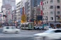 紙屋町交差点から南西を望む。電車通りは戦後拡幅された=広島市中区で2017年12月3日、山田尚弘撮影